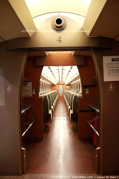 关西机场。Rapi:t特急。连接处行李架的椭圆型造型。(IMG-4544-120130)