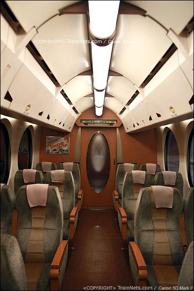 关西机场。Rapi:t特急。车厢天花板设计也有椭圆形元素。(IMG-4549-120130)