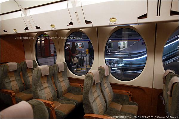 关西机场。Rapi:t特急。椭圆型车窗,以及飞机式的行李架。(IMG-4551-120130)