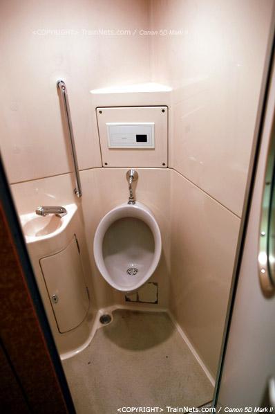 关西机场。Rapi:t特急。其中一个卫生间,日本列车上,很多设有立式便池。(IMG-4556-120130)