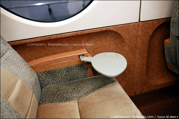 关西机场。Rapi:t特急。座椅套为绒布材料,把手有小桌板。(IMG-4557-120130)