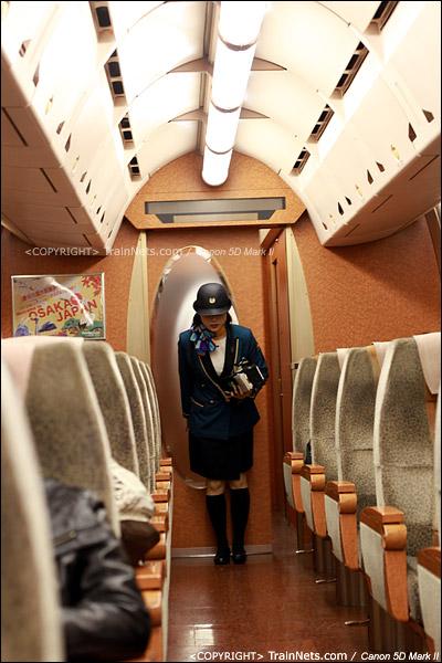 关西机场。Rapi:t特急。开车后,列车员来逐一查票,进出车厢时都要向乘客鞠躬。(IMG-4583-120130)