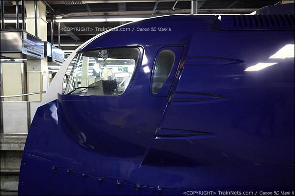 大阪难波站。Rapi:t特急。车头的武士头盔造型。侧面。(IMG-4600-120130)