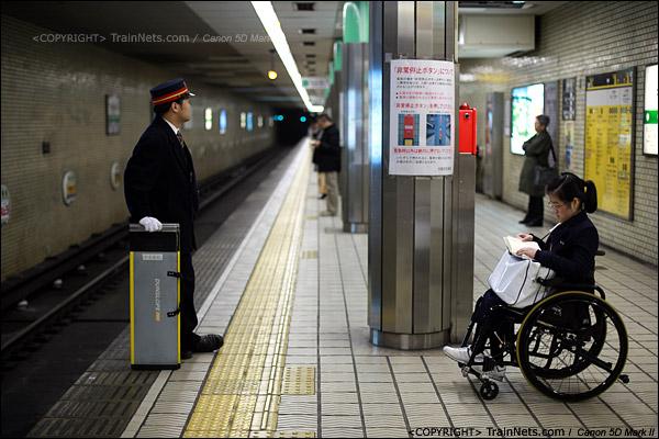 大阪地铁中央线,堺筋本町站。地铁职员与轮椅乘客等待列车进站,开门后职员将在车厢与站台缝隙间铺上板。(IMG-4676-120131)