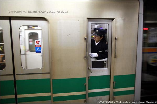 大阪地铁中央线,堺筋本町站。列尾的女车长。(IMG-4686-120131)