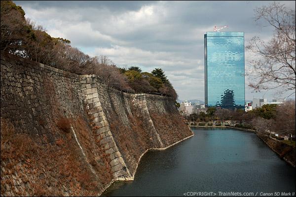 大阪城公园。现代与古老的融合。(IMG-4791-120131)