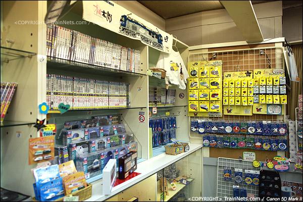大阪交通科学博物馆。入门的纪念品小店,琳琅满目,买光估计要破产。(IMG-5068-120131)