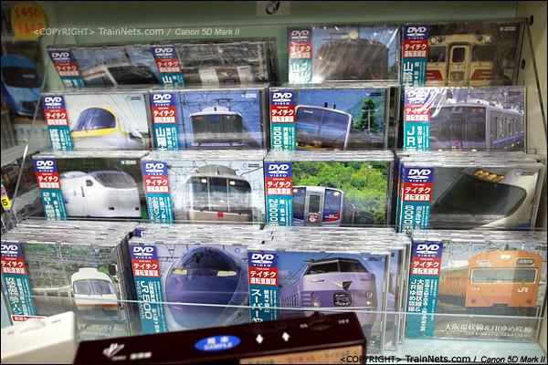 大阪交通科学博物馆。入门的纪念品小店,DVD制品。(IMG-5072-120131)