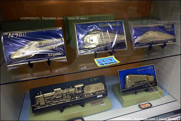 大阪交通科学博物馆。入门的纪念品小店,大件的铁牌。(IMG-5075-120131)
