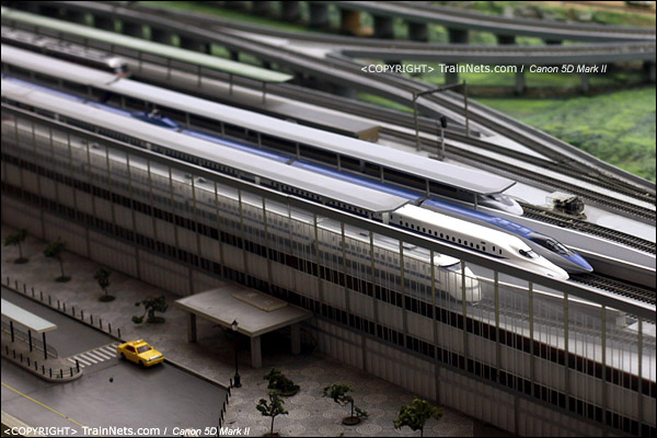 铁路模型室。停在高架月台的新干线列车。(IMG-5311-120131)