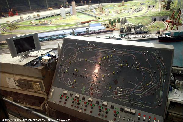 铁路模型室。操纵台,错综复杂的线路。(IMG-5326-120131)