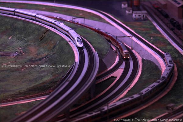 铁路模型室。天刚亮,三线会车。(IMG-5356-120131)