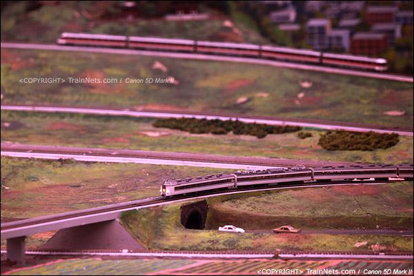 铁路模型室。模拟日落的红色太阳。(IMG-5363-120131)