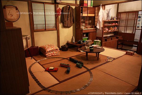 还原的昭和年代普通家庭的场景,那时候已经有了火车玩具。(IMG-5425-120131)
