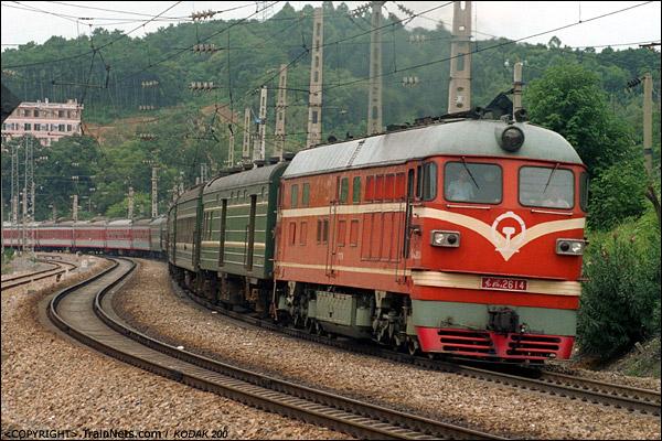 2003年8月。广东,韶关南。DF4B牵引客车驶出韶关站(现韶关东)后经过一道反向曲线后继续南行。(P0233)