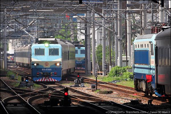 2013年7月18日。深圳站三台SS8共舞。T820次,九龙-广州东(左)开过罗湖桥进入深圳。Z24次宜昌东-深圳(右)晚点刚抵达。第三台SS8(中)等待折返。(IMG-7590-130718)