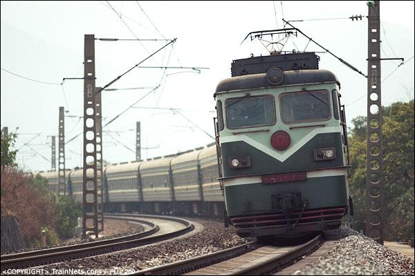 2005年2月。广东英德。春运期间,SS1牵引临客北上。(P4202)