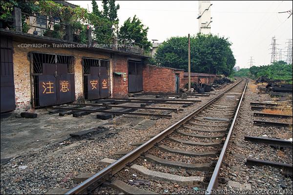 2013年8月10日。广州钢铁厂铁路。铁路北头的维修车车库。(E0222)