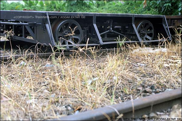 2013年8月10日。广州钢铁厂铁路。铁路北头的维修车车库,停着的小型工程车。(E0227)