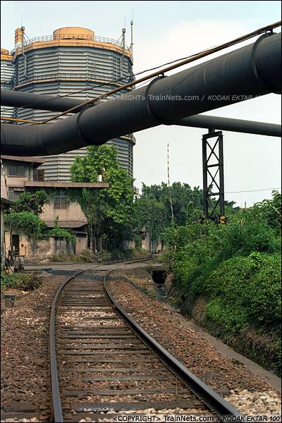 2013年8月10日。广州钢铁厂铁路。铁路上方管线错综交横。(E0231)
