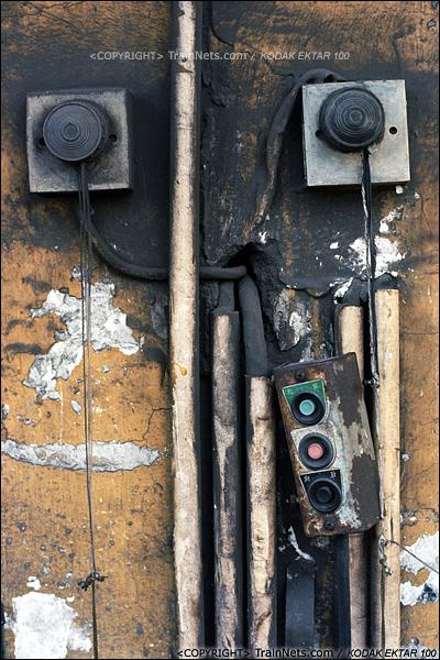 """2013年8月10日。广州钢铁厂铁路。道口的控制开关。特别的""""拉灯""""开关,通过灯光通知高炉内的信号。(E0305)"""