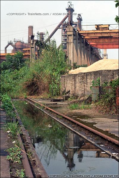 2013年8月10日。广州钢铁厂铁路。工业站旁的车库,检修沟积满了水。(E0326)