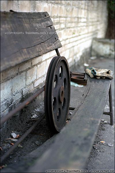 2013年8月10日。广州钢铁厂铁路。工业站旁的车库,荒废的零件。(E0330)