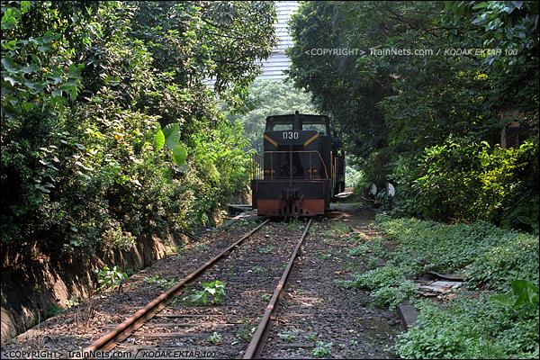2013年8月10日。广州钢铁厂铁路。工业站旁的车库,已经封存的JMY380型内燃机车。(E0331)
