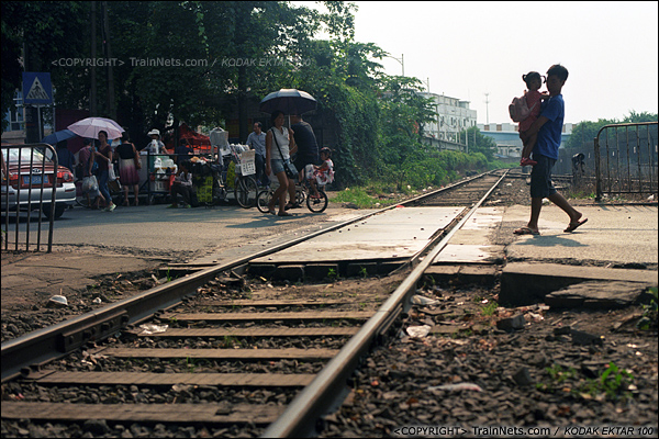 2013年8月10日。广州钢铁厂铁路。地铁西朗车辆段门前的道口。(E0436)
