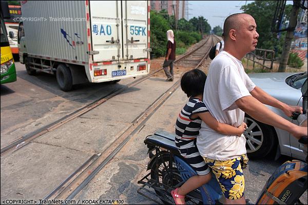 2013年8月11日。广州钢铁厂铁路。芳村花园旁的道口。(E0503)
