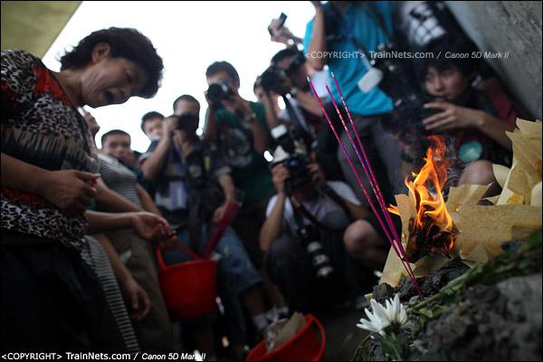 2011年7月28日。死者家属在事故现场拜祭。(IMG-0808-110728)