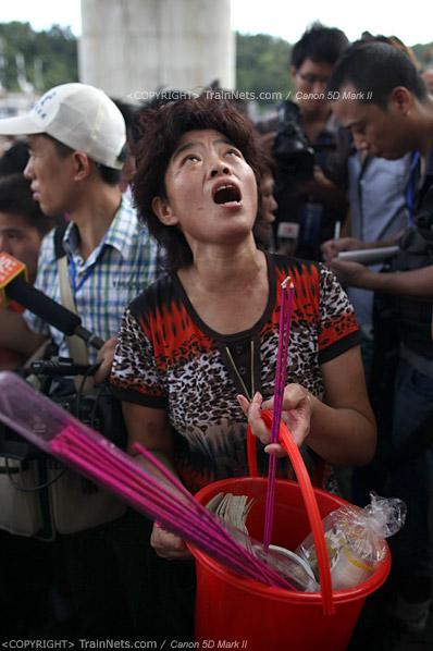 2011年7月28日。死者家属在事故现场拜祭。(IMG-0897-110728)