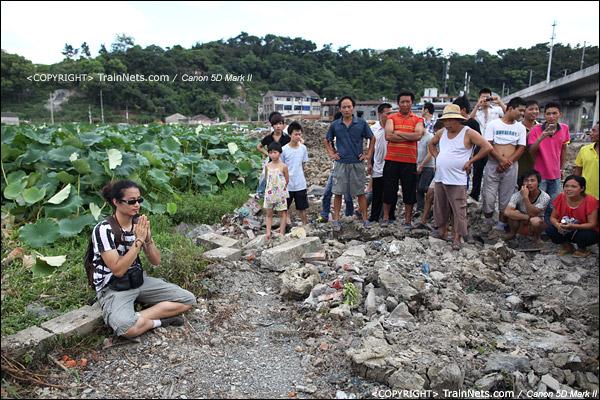 2011年7月28日。一位市民在事故现场为死难者祈福。(IMG-1022-110728)