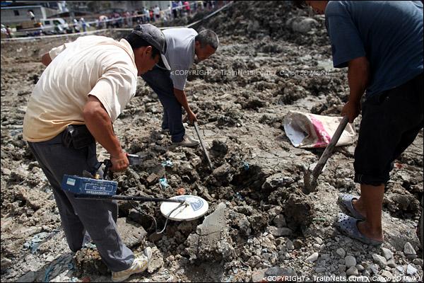 2011年7月28日。市民们自发前往事故现场鲜花纪念,一旁拾荒者忙着寻找金属残骸。(IMG-1160-110728)
