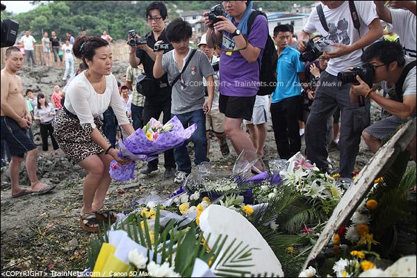 2011年7月29日。市民们自发前往事故现场鲜花纪念。(IMG-1319-110729)