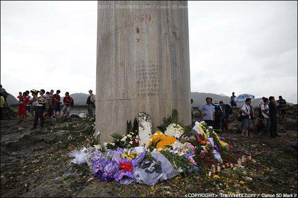 2011年7月29日。市民们自发前往事故现场鲜花纪念,一块列车的残骸被放在花丛中。(IMG-1386-110729)