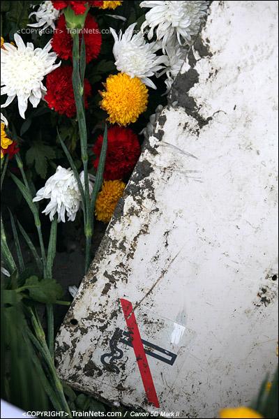 2011年7月29日。市民们自发前往事故现场鲜花纪念,一块列车的残骸被放在花丛中。(IMG-1557-110729)