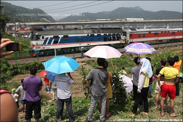 2011年7月24日。事故一旁是金温线。此时金温线来车,牡丹江-哈尔滨-温州。(IMG-6936-110724)