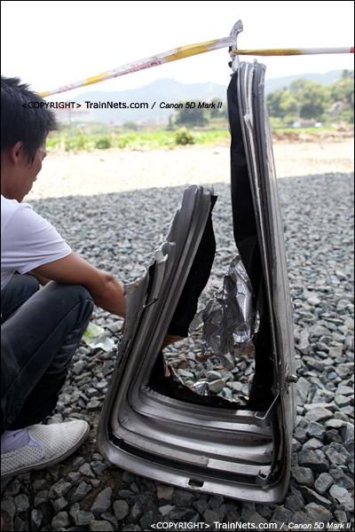 2011年7月24日。动车的残骸被当做警戒线的立柱。(IMG-7123-110724)