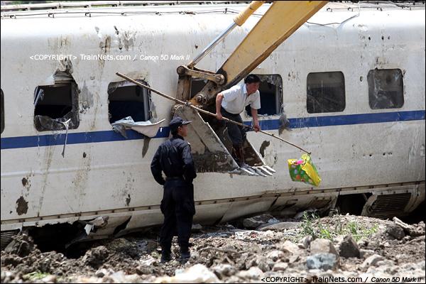 2011年7月24日。工作人员站在勾机上用杆子把乘客的行李带出。(IMG-7156-110724)