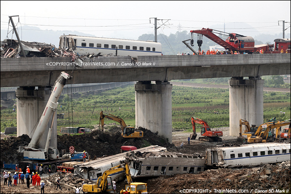 2011年7月24日。桥下大吊车准备就绪,开始吊下桥上的残骸。(IMG-7321-110724)