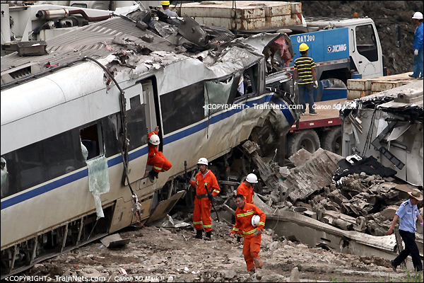 2011年7月24日。D3115次,CRH1B第15号车厢,下地后搜救人员再次入内检查。(IMG-7607-110724)