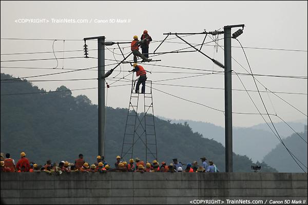2011年7月24日。桥上电务人员开始解开接触网,为抢通做准备。(IMG-7625-110724)