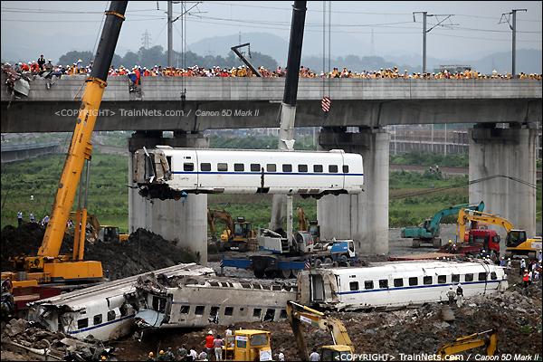 2011年7月24日。16时35分,D301次,CRH2第4节车厢起吊。(IMG-7714-110724)