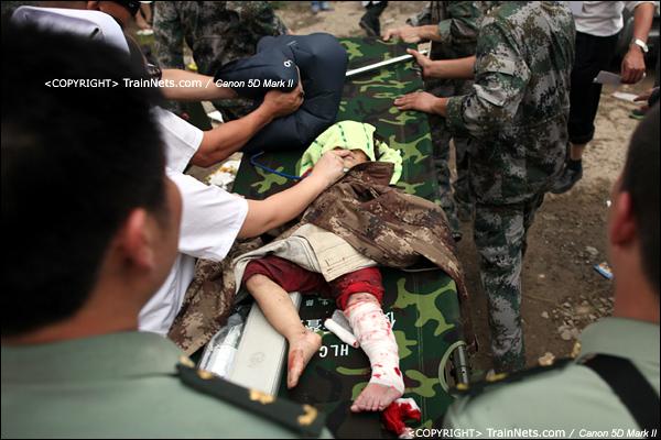 2011年7月24日。17时21分,生还者小女孩项炜伊从高架桥上抬下来。(IMG-7895-110724)