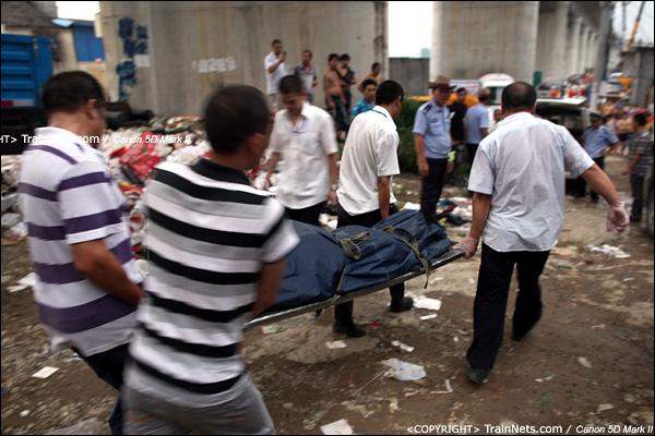 2011年7月24日。17时33分,接下来抬下来的都是遇难者遗体。(IMG-7960-110724)