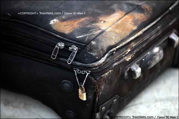 2011年7月24日。被抬下来的乘客行李,沾满了泥水。(IMG-8006-110724)