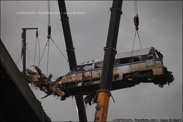2011年7月24日。18时17分天空开始暗下来,乌云开始飘过来,D3115第16号车厢,也是桥上最后一节车厢开始起吊。(IMG-8056-110724)
