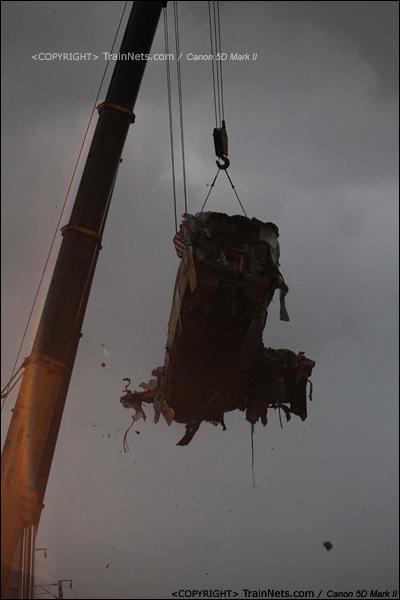 2011年7月24日。18时17分。现场刮起大风,碎片四散空中。(IMG-8067-110724)
