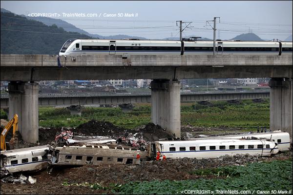 2011年7月25日早。一列CRH1列车在事故现场开过,每一趟经过这里的车,司机都会鸣笛致哀。(IMG-8156-110725)